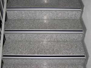 Antirutsch-Treppenkantenprofil, Rutschhemmung R13 nach BGR 181 (Farbe Antirutschbelag: schwarz (Art.Nr.: 90.1813))