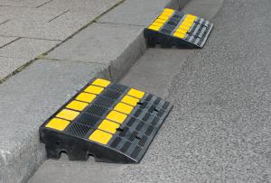 Bordsteinrampe -Mountain-, Hartgummi, Anti-Rutsch-Oberfläche, gelbe Reflexstreifen, LKW-geeignet (Maße (Überfahrlänge x Höhe)/Gewicht: 300 x 100 mm/ca. 11 kg (Art.Nr.: 25885))