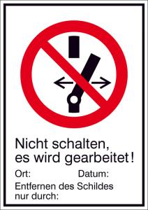 Elektrokennzeichnung / Kombischild mit Verbotszeichen und Zusatztext, Nicht schalten, es wird gearbeitet! (Maße(BxH)/Material: 131x185mm/Folie,selbstklebend (Art.Nr.: 21.a6240))