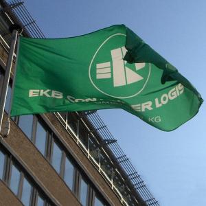 Flagge individuell bedruckt, Querformat, Stoffqualität FlagTop 110 g / m² oder 160 g / m² (Maße (LxB)/Konfektionierung/Stoffqualität:  <b>60 x 90 cm</b><br>mit Seil und Schlaufe<br>FlagTop  <b>110 g/m²</b><br>für Fahnenma