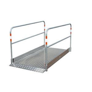 Grabenbrücke aus Aluminium, Tragfähigkeit 200 kg / m², Seitengeländer umlegbar, verschiedene Längen (Maße(BxL)/Gewicht:  <b>1200 x 2700 mm</b>/92 kg (Art.Nr.: 34977))