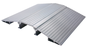 Schlauchbrücke -Segnod V-, für A-, B-, C-, oder D-Schläuche, Aluminium,nach DIN 14820 (Modell/Kabelkanäle/Maße/Gewicht:  <b>Typ AS</b> mit axialer Sicherung<br>und Handgriffaussparung<br> <b>für 2 x B/C oder D Schläuche</