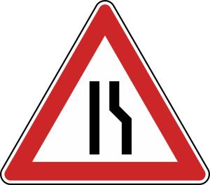 Verkehrszeichen 121-10 StVO, Einseitig verengte Fahrbahn, Verengung rechts (Seitenlänge/Folie/Form:  <b>630 mm</b> / RA1 / Flachform 2 mm (Art.Nr.: 121-10-111))
