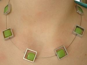 Kette mit Aluteilen mit grünen Perlen