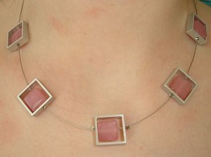 Kette mit Aluteilen mit rosa Perlen