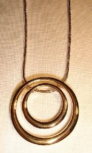Goldfarbene Kette mit zwei Kreisen Modeschmuck