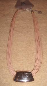 Halskette rosa mit silberfarbenem Anhänger