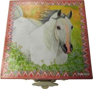 Zahndose weißes Pferd in Blumenwiese