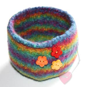 Handgefertigtes Filzkörbchen Regenbogen mit kleinen Blümchen