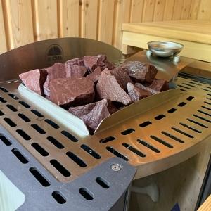 Saunasteine aus Quarzit von Finnsa (Saunasteine aus Quarzit: Karton mit 20 kg – ca. 52–56 St./Körnung 50 – 90 mm)