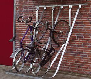Fahrradparker / Schräghochparker -Barcelona-, einseitig, freie Aufstellung oder Wandbefestigung (Einstellplätze/Gesamtbreite/Montage:  <b>4 Einstellplätze</b>/1400mm<br>zur Wandbefestigung<br>(Art.Nr.: 10878))
