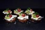 Schlemmer Canapés mit Cambozola - auf Roggenbrot (Anzahl - rustikale Emmentaler Canapés : 10 Canapés)