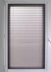 Plissee Brisa Lichtschutz ohne Bohren   grau - Breite 50 - 110 cm (Breite des Raffrollos / Ösenrollos: 50 cm x 140 cm)